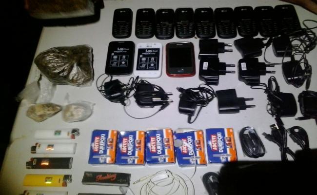 Agentes apreendem drogas e celulares jogados pelos muros de Alcaçuz