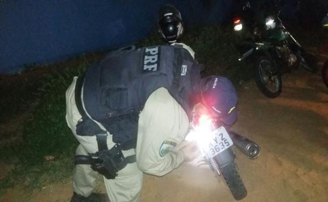 PRF recupera motocicleta e prende condutor com mandado de prisão
