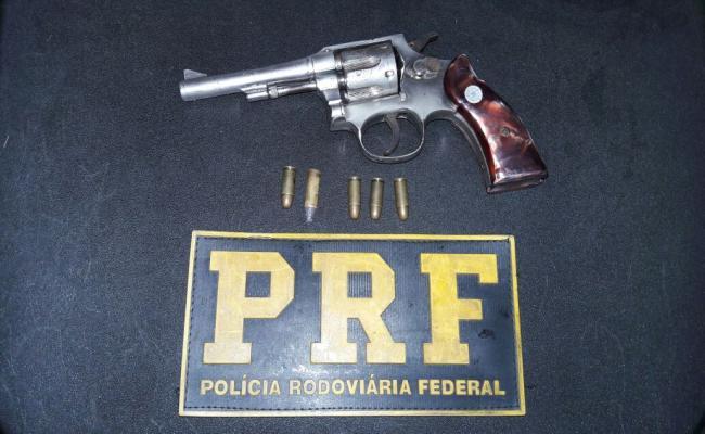 PRF prende dupla com moto roubada e arma na BR 101
