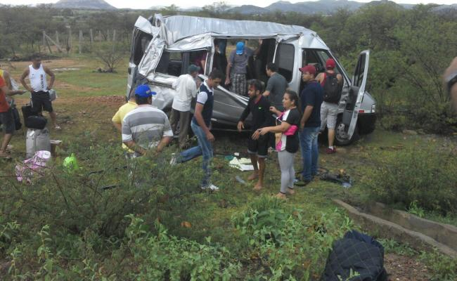 Van capota e deixa quatro passageiros feridos