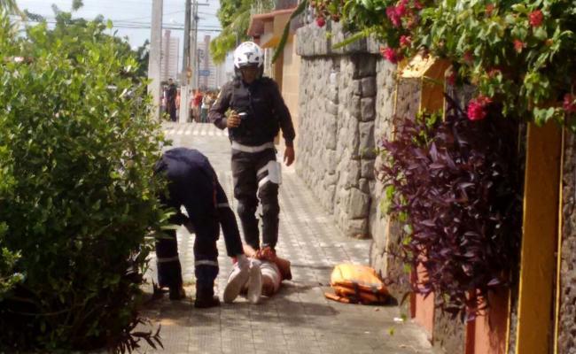Bandidos roubam carro, são perseguidos, trocam tiros com PM e um acaba morto